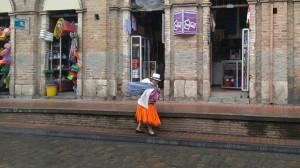 Vendedora con ropa típica.
