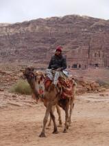 Beduino por la ciudad de Petra.
