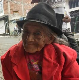 abuela en mercado.