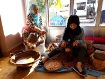 Mujeres moliendo argán.