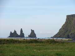 Playa de Vik y los tres Trolls.
